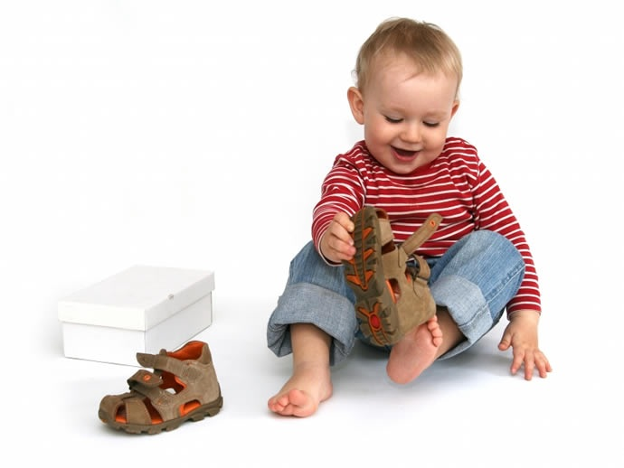 ребенок примеряет обувь